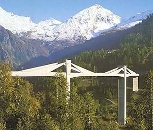 """Nesta estrutura de Christian Menn, uma curiosa forma triangular formado pelos """"braços"""" dos pilares assemelha-se com as formas dos picos nevados das montanhas ao fundo. Esses triângulos da estrutura são na verdade uma engenhosa """"falsas vigas""""de concreto po [BROWN, David J. Bridges, Ed. Mitchell Beazley, London, 1996]"""