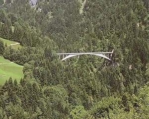 Ponte de Salginatobel, 1930, Suíça. Projeto do Engenheiro Robert Maillard. A estrutura parece ancorada diretamente na Montanha [BROWN, David J. Bridges, Reed International Books, London, 1993]