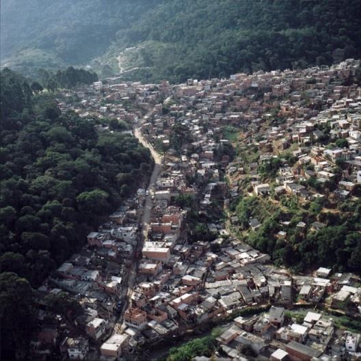 Ocupação irregular em área de preservação, Serra da Cantareira, São Paulo<br />Foto Nelson Kon