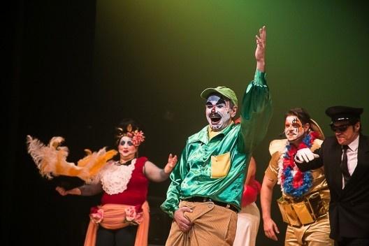 """Marcelo Drummond como Abelardo, em """"Rei da Vela"""", de Oswald de Andrade, montagem do Teatro Oficina Uzyna Uzona<br />Foto divulgação"""