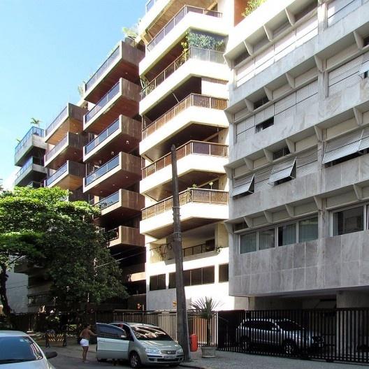 Correr de edifícios com varandas abertas e em balanço sobre o afastamento mínimo frontal, preservando-se a volumetria original, Rio de Janeiro, década de 1980<br />Foto Andréa Redondo
