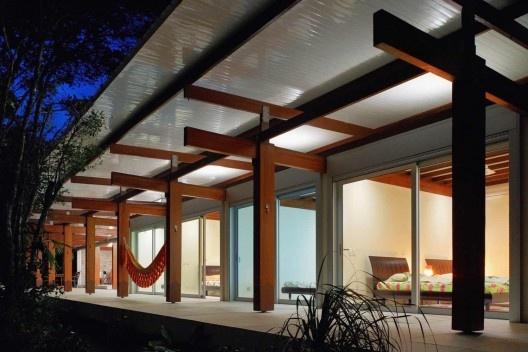 Casa na Praia Preta, São Sebastião SP, 2006. Nitsche Associados. Projeto construído com madeira certificada.<br />Foto Nelson Kon