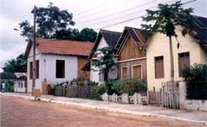 Casario misto em madeira e alvenaria, com linguagem cabocla, em Xapuri, na rua Benjamin Constant,1999 [COSTA, 2002, p. 128]