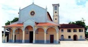 Igreja em alvenaria em Sena Madureira. Em seu interior coexistem um tênue estilo românico combinado com marajoara [Tomada da autora em 2001]