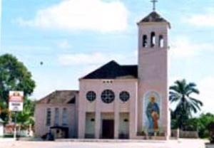 Igreja católica de Tarauacá, com painel em mosaico colorido no exterior [Tomada da autora em 2001]