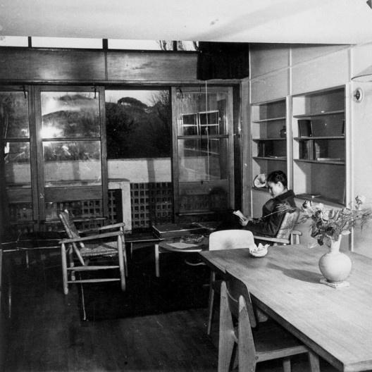 Charlotte Perriand no interior de um apartamento da Unité d'Habitation de Marseille<br />Foto divulgação