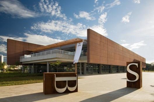 Biblioteca São Paulo, Parque da Juventude, São Paulo. Escritório Aflalo & Gasperini (arquitetura), Dante Della Manna (interiores) e Univers Design (design gráfico)<br />Foto Daniel Ducci