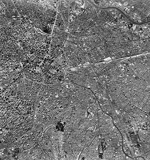 1.4. Foto aérea da área central: ao norte, a estação da Luz, o Parque e o rio Tietê Fonte: BASE, 1995