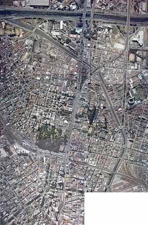 2.1. Foto aérea dos bairros da Luz, Santa Ifigênia, Bom Retiro, até a Marginal do Tietê Fonte: BASE, 2000