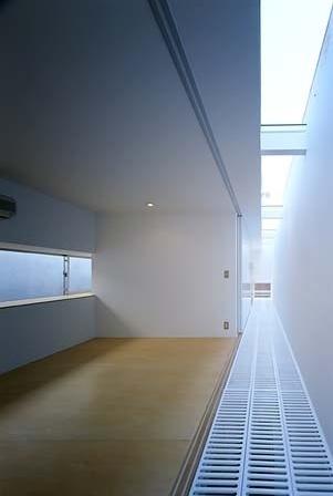 Piso dos quartos. Acima, clarabóia. Abaixo, grelha que permite passagem de luz para piso inferior<br />Foto Tomotsu Kuruwada