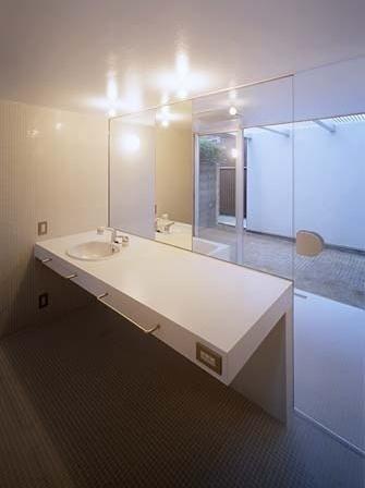 Sanitário, com vista para o pátio<br />Foto Tomotsu Kuruwada