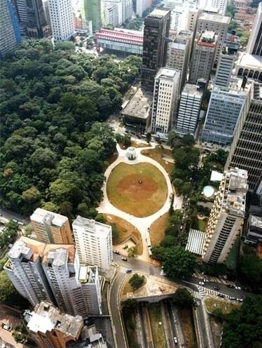 Figura 1 – Vista aérea da Praça Alexandre Gusmão, em cujo subsolo foi construída a garagem subterrânea