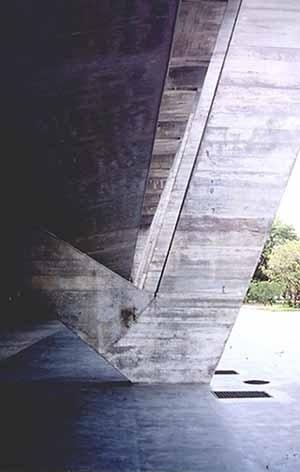 """Museu de Arte Moderna do Rio de Janeiro, Affonso Eduardo Reidy, 1953. A solução do apoio em """"V"""" equilibra os esforços na base do pórtico por gerar um momento contrário devido ao apoio da laje arqueada do 1o pavimento no segmento menor do pilar. Esse recur<br />Foto do autor"""
