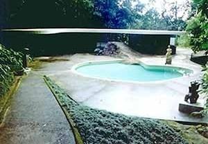 Casa de Canoas, Oscar Niemeyer, 1953. A casa é exemplar na relação com o lugar pela consideração da topografia e da paisagem; reedita os padrões de ordenação tradicional dos usos ao inverter as hierarquias tradicionalmente aceitas entre público e privado,<br />Foto do autor