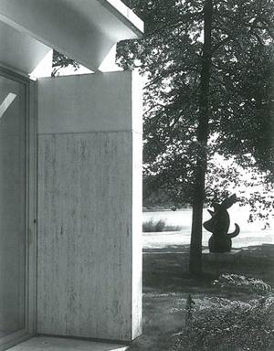 Detalle del muro de la fachada sur, con la escultura de Miró y el Lago Georgica al fondo<br />Foto: Adam Bartos