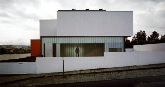 Fachada principal<br />Foto Fernando Guerra, Sérgio Guerra  [2G Dossier, Portugal 2000-2005, Gustavo Gili, Barcelona, 2005]
