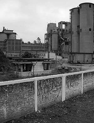Ex-fábrica de cimento Santa Rita, atualmente desativada<br />Foto Henrique Caruso