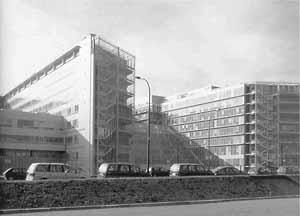 Vista, Hospital Europeu Georges-Pompidou, Paris (por A. Zublena, B. Cabannes, P. Dariel, 1983-1999) [FERMAND, C.. Les hôpitaux et les cliniques: architectures de la santé, Paris, Le Moniteur,]