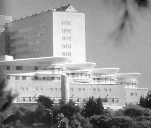 Vista, Unidade Mães-Filhos e Urgência Geral, Hospital Norte, Marseille (por Groupe 6, 1991-1996) [FERMAND, C.. Les hôpitaux et les cliniques : architectures de la santé, Paris, Le Moniteur]
