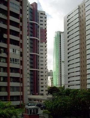 Figura 15 – Edifícios altos no bairro da Jaqueira – vista do primeiro pavimento da residência fronteiriça<br />Foto Cristiano Nascimento, 2004