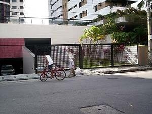 Figura 16 – Edifício alto no bairro da Jaqueira– verde preservado! <br />Claudia Loureiro, 2004
