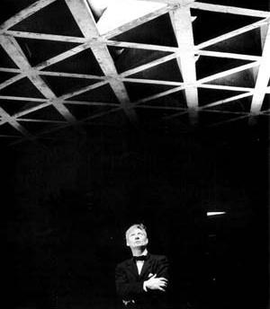 Kahn sob a laje composta pelo entramado triangular em concreto da Galeria de Arte da Universidade Yale [LOUD, Patricia Cummings. The Art of Museums of Louis I. Kahn]