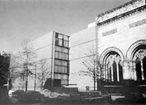 Galeria de Arte da Universidade Yale e o edificio gótico ao qual se justapõe [DEVILLERS, Charles et alli. Op. cit., p. 28]