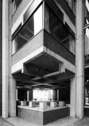 Vista externa do edificio para os laboratórios Richards, na Filadélfia [Revista Tectónica. Madrid, ATC Ediciones, Hormigón prefabricado, n. 5, 1995, p. 5]
