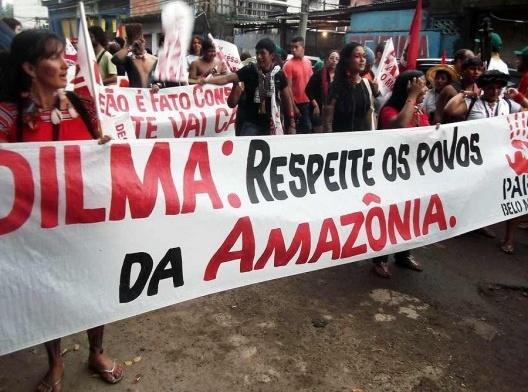 """Manifestação ocorrida na Vila Autódromo, no Rio de Janeiro, com a presença dos movimentos sociais participantes da """"Cúpula dos Povos<br />Foto Gabryelsl  [Wikimedia Commons]"""