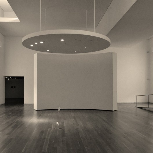 Sala expositiva da ala esquerda, Museu de Serralves, Porto<br />Foto Gabriel Cesar