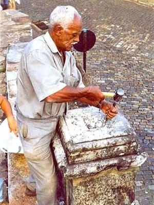 Mestre Juca trabalhando na restauração do chafariz do Rosário<br />Foto: Oficina de Cantaria de Ouro Preto
