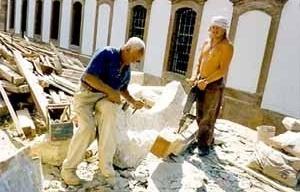 Mestre Juca trabalhando na restauração do Museu do Oratório, originalmente Sobrado do Antigo Noviciado do Carmo, Ouro Preto<br />Foto Oficina de Cantaria de Ouro Preto