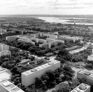 Brasília, superquadras da Asa Sul, projeto urbanístico de Lúcio Costa<br />Foto Duda Bentes, dezembro de 1990. Acervo do Departamento do Patrimônio Histórico e Artís