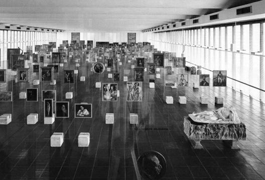 Vista interna da Pinacoteca do Masp com os suportes originais