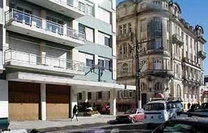 Edifício modernos no comercial e históric