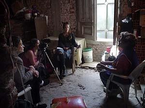 ONG da Nova Zelândia, cujos membros vieram conhecer a experiência das Casas Invadidas e estão filmando com os habitantes<br />Foto El Ceibo