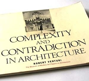 Complexity and contradiction in architecture, de Robert Venturi. Nova York, Museum of Modern Art and Graham Foundation, 1966. ISBN 08-707-0282-3