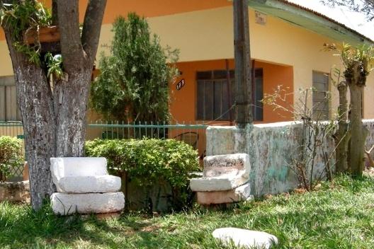 Banco na calçada em região afastada do centro de Munhoz de Mello/PR [Acervo das autoras, 2009]