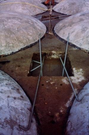 Fig 11 - Foto da restauração do piso da praça em 1973. Estas cúpulas pré-fabricadas são as mesmas utilizadas (invertidas) como bacias subterrâneas [Cátedra Gaudí]