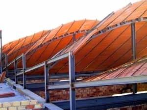 Fig. 28 – Lucernarios de edificio de oficinas en Gelves. J. M. Almodóvar, 2004