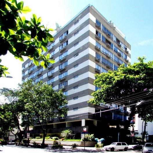 Edifício afastado das divisas com avanço dos planos das fachadas principais (balanço do prédio), a partir de 1975 substituído por varandas abertas e em balanço, Rio de Janeiro, início da década de 1970<br />Foto Andréa Redondo