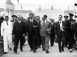 Adhemar de Barros ladeado por Roberto Simonsen e comitiva em visita à Feira