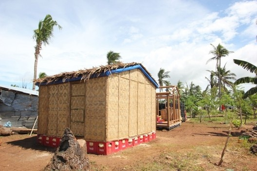 Paper Log House, Filipinas. Arquiteto Shigeru Ban<br />Foto Lois Ascher  [Wikimedia Commons]