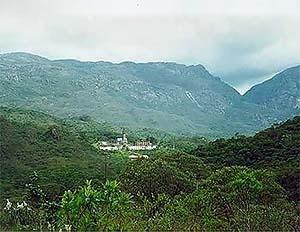 Vista geral do conjunto arquitetônico e da Serra do Caraça<br />Foto Patricia Abreu