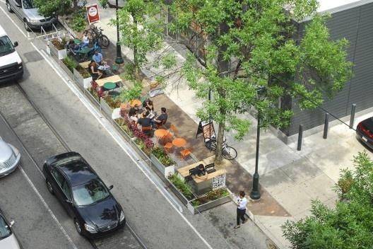 Parklet modular temporário na Filadélfia, Pensilvânia. Projeto do escritório Shiftspace Design, 2015<br />Foto Willdmay/ Wikimedia Commons