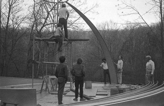 Equipe de Stan VanDerBeek montando o Movie Drome, 1965<br />Foto divulgação  [Website de Stan VanDerBeek]