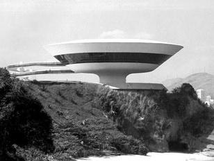 Arquitetura dos anos 1990: no MAC Niterói, de Oscar Niemeyer, de 1996, e no Guggenheim de Bilbao, de Frank Gehry, de 1997, apesar do contraste de linguagens, ambos trabalham com volumes, e não com planos justapostos