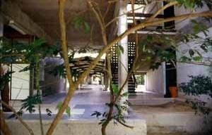 Circulação e pátios protegidos do sol no Campus da Universidade do Amazonas, Manaus, 1970-1980, Arquiteto Severiano Porto