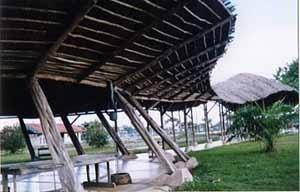 Circulação coberta, ponto de encontro e convívio comunitário da Aldeia SOS do Amazonas, Manaus, 1994, Arquiteto Severiano Porto.<br />Foto Mirian Keiko Ito Rovo