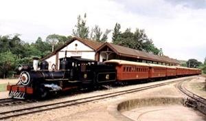 Postal ilustrando a Estação Ferroviária de Tiradentes e a Saída da Maria Fumaça para São João Del Rei [comércio de Tiradentes-MG]